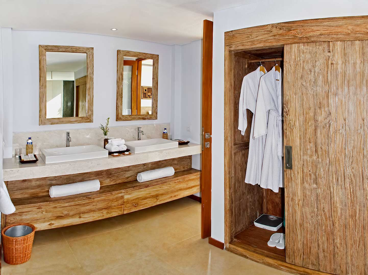 Large-Closets-and-Double-Sinks-in-each-Room